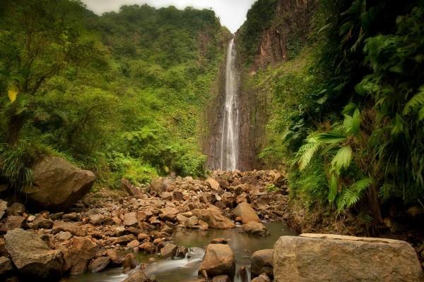 Salto de agua en una pared rocosa