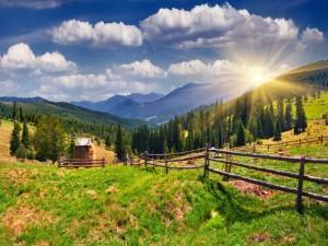 Sol brillando tras las montañas