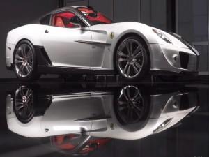 Ferrari blanco reflejado en el brillante suelo