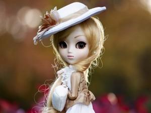 Muñeca con un elegante sombrero