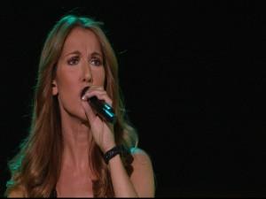 Celine Dion cantando con un micrófono