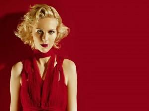 La actriz Kirsten Dunst con un vestido rojo