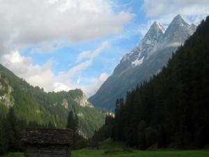 Dos cabañas de madera situadas a los pies de las montañas