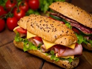 Sándwich con jamón, queso, tomate y lechuga