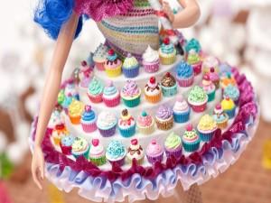 Vestido de una muñeca cubierto de cupcakes