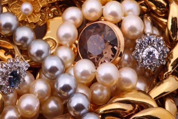 Collares de perlas, anillos y joyas de oro