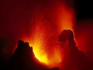 Erupción volcánica en la noche