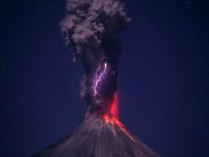 Rayos en un volcán en erupción