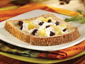 Rebanada de pan con requesón, piña y pasas