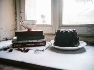 Un bundt cake junto a una ventana