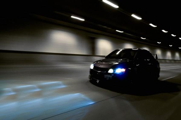 Coche circulando por un túnel