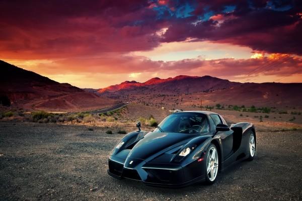 Ferrari Enzo negro en un bonito lugar