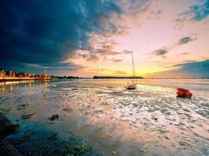 Barcas junto a la costa en marea baja