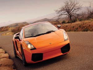 Conduciendo un Lamborghini naranja