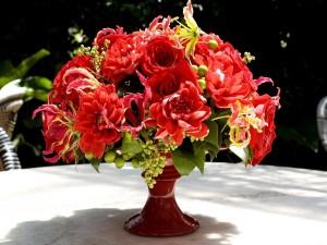 Centro floral sobre una mesa