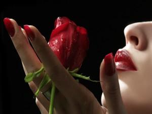 Mujer sosteniendo una rosa roja
