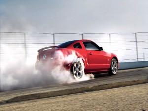 Ford Mustang GT echando humo