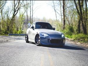 Deportivo gris en una carretera