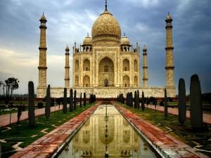 Taj Mahal reflejado en el agua de una fuente