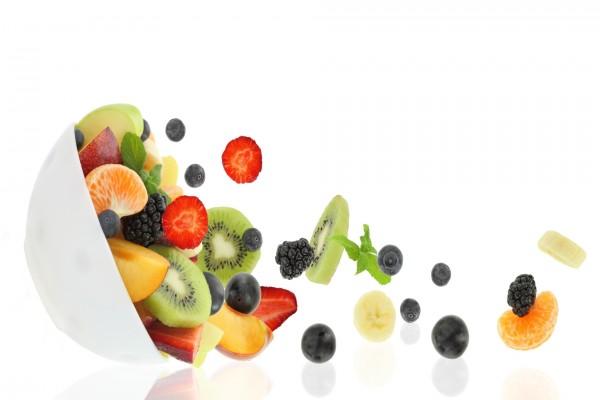 Frutas cayendo de un plato