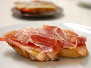 Rebanadas de pan con tomate y jamón ibérico