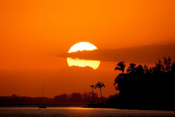 Nubes delante de un gran sol