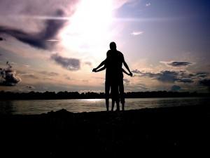 Pareja de enamorados a orillas de un lago
