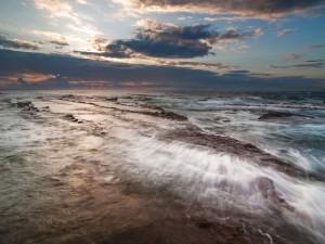 Nubes al amanecer sobre el mar