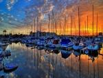 Hermoso cielo sobre un puerto deportivo