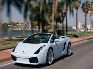 Conduciendo un Lamborghini por una ciudad