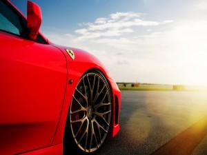 Rueda delantera de un Ferrari rojo