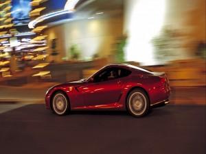 Conduciendo un Ferrari por una ciudad