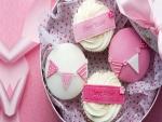 Cupcakes blancos y rosas para festejar un cumpleaños