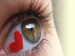 Corazón rojo dentro de un ojo
