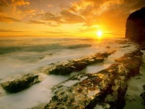 Sol iluminando las rocas marinas