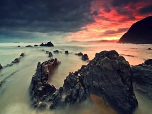 Bonito amanecer sobre un mar rocoso
