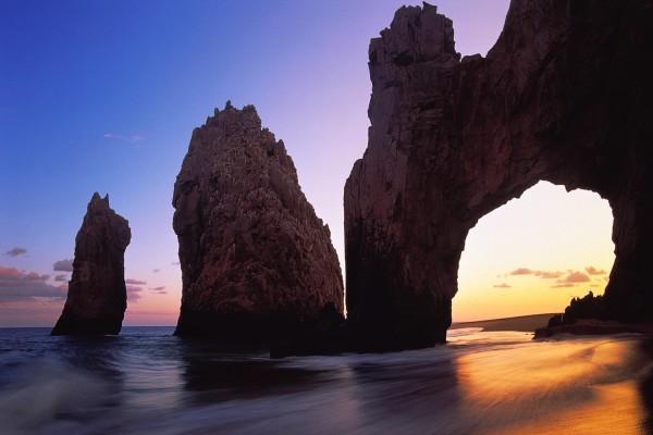 Hermosas formaciones rocosas en una playa