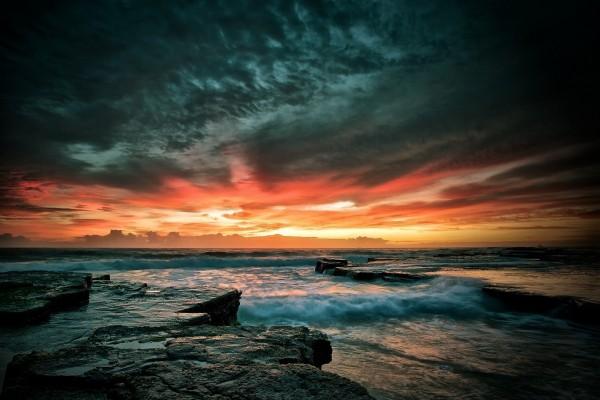 Cielo nuboso al amanecer sobre el mar