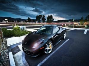 Ferrari con las luces encendidas en un aparcamiento