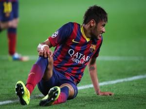 Neymar sentado en el terreno de juego
