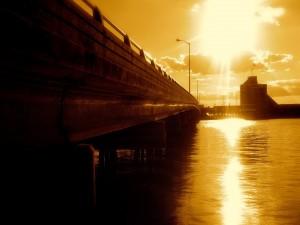 Potente sol iluminando el agua