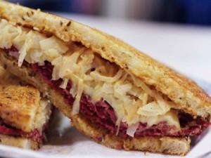 Sándwich caliente con col