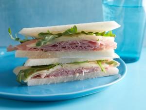 Sándwich con jamón, queso y rúcula
