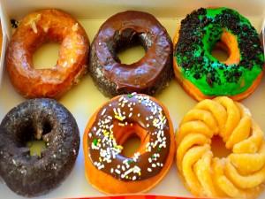 Caja con donuts de varios sabores