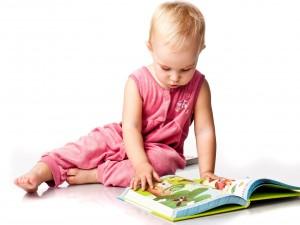 Bebé mirando un cuento