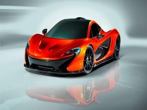 McLaren P1 reflejado en un suelo blanco