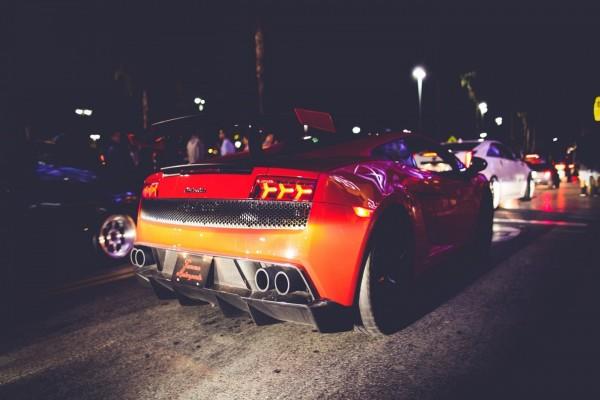 Lamborghini circulando por la noche