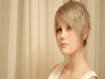 Mujer con pelo corto y rubio