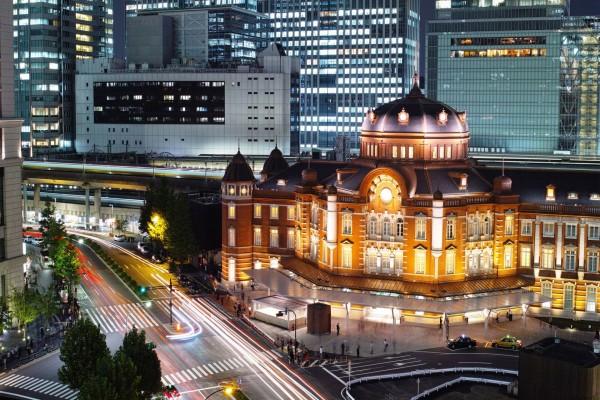 Vista nocturna de la estación de Tokio (Japón)