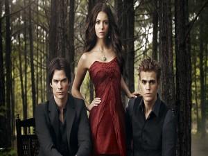 Elena, Stefan y Damon en un bosque (Crónicas Vampíricas)